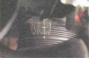 поворачиваем коленчатый вал до совпадения метки на его шкиве с меткой на нижней крышке в виде буквы «Т».