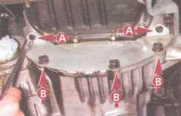 Головкой «на 10» с удлинителем отворачиваем два болта верхнего (А), а головкой «на 14» — три болта нижнего (В) крепления нижней крышки картера сцепления