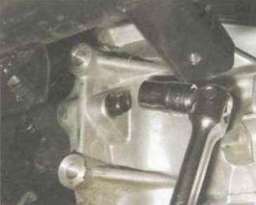 Головкой «на 14» отворачиваем два болта нижнего крепления коробки передач к двигателю.