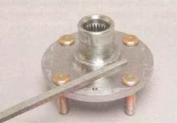 Напильником или надфилем аккуратно снимаем со ступицы образовавшиеся заусенцы.