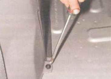 Крестообразной отверткой отворачиваем саморез нижнего крепления накладки 3