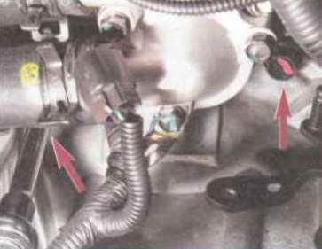 Головкой «на 17» отворачиваем два болта верхнего крепления коробки передач к двигателю.