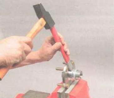 Внутреннее кольцо, оставшееся на ступице, сначала сдвигаем зубилом, а затем