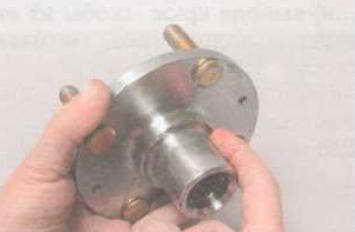 Наносим на поверхность под запрессовку ступицы тонкий слой трансмиссионного или моторного масла