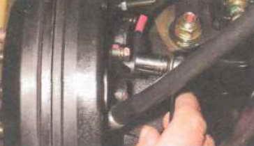 Головкой «на 10» отворачиваем болт крепления датчика к кулаку задней подвески